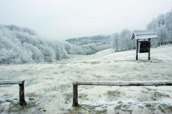 Kolibu umelo nezasnežujú, na otvorenie zimnej sezóny si preto musí ešte počkať.