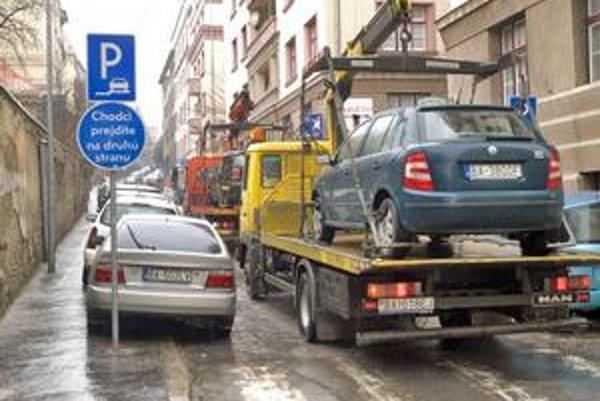 Na Zochovej bol vždy problém s parkovaním, samospráva sem dala značku, že jeden chodník môžu zaberať autá. Na druhej strane by však po novom nemali parkovať vôbec, napriek tomu stoja niektoré z nich pravidelne kolesami na obrubníku.