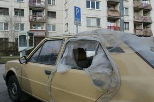 O poznávaciu značku by mohli prísť nepojazdné autá, ktoré nemajú technickú a emisnú kontrolu.