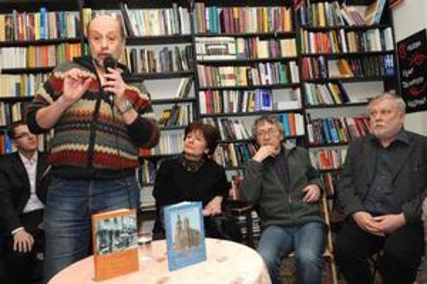 V utorok večer debatovali v kníhkupectve Arforum (zľava) Peter Salner, predseda židovskej náboženskej obce, Katarína Hradská, autorka knihy Židovská Bratislava, judaista Jaroslav Franek a literárny vedec Peter Zajac.