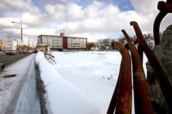 Lisovňu bakelitu, ktorá bola najstaršia z komplexu gumonky, zbúrali v septembri.