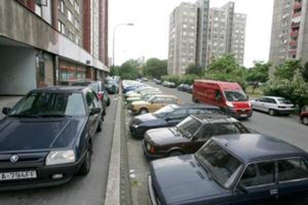 V Petržalke chýba skoro 40-tisíc parkovacích miest. Obyvatelia a samospráva diskutujú o riešení.
