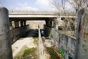 Nedostavané depo Janíkov dvor v Petržalke. Kedysi sa rátalo, že tu bude stáť metro. V budúcnosti by malo slúžiť rýchloelektričke.
