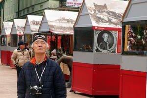 V prvý deň navštívila Veľko〜nočné trhy na Hlavnom ná〜mestí aj skupinka turistovz Japonska.