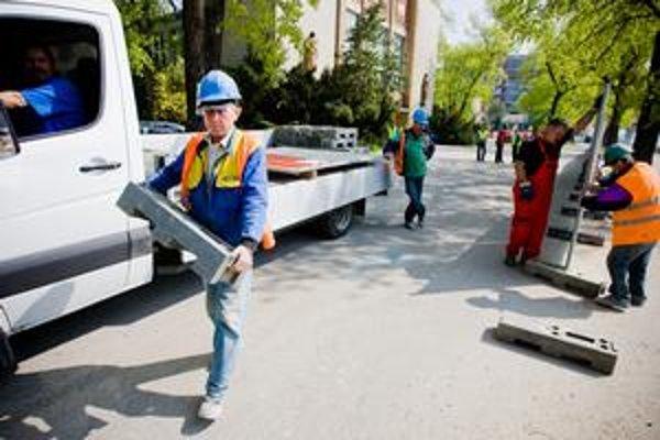 Investor mal od mesta platné búracie povolenie do 19. apríla. Včera získal jeho predĺženie vďaka tomu, že PKO začal búrať.