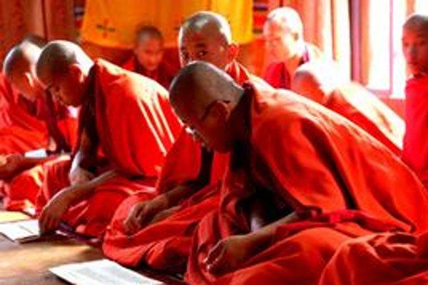 Do mesta zavítalo osem tibetských buddhistických mníchov. Ich program sprevádza výstavu Šangri–la