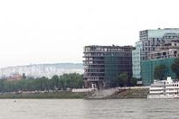 PKO v susedstve River Parku z petržalského nábrežia nevidno, zakrývajú ho stromy. Novou dominantou nábrežia je stavba J &T, jej podlažnosť je vyššia, ako sa pôvodne zamýšľalo, investor požiadal o zmenu stavby pred dokončením.