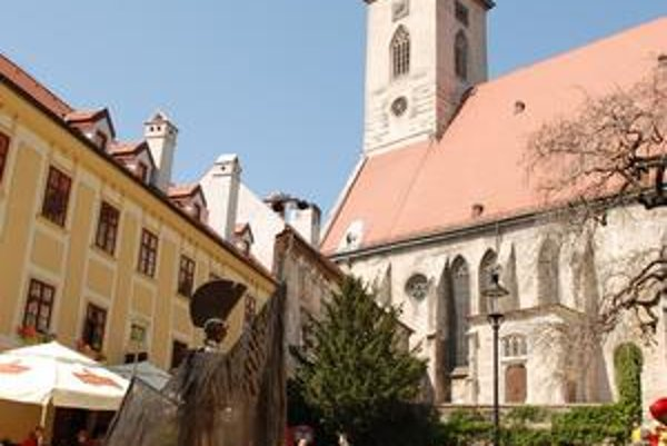 V historickom dome na Rudnayovom námestí 4 v sobotu otvorili Gašparkovo bábkové divadlo aj s galériou marionet. Do domu pozývali herci na chodúľoch.