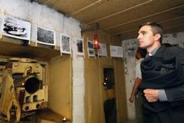 V historickom vojenskom bunkri BS 8 Hřbitov je do 9. mája výstava fotodokumentov z dvoch svetových vojen aj z obdobia, keď hranice predeľoval plot z ostnatého drôtu. Vnútri je takmer úplná tma, výstavu osvetľujú len sviečky a fakle. V bunkri sa zachovali