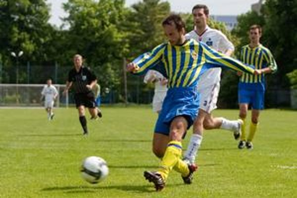 Ružinovčan Matej Timkovič (v popredí), autor dvoch gólov, strieľa na lamačskú bránku sledovaný Štefanom Ďurajkom. Zo zápasu III. futbalovej ligy FC Ružinov - FC Lamač 4:1.
