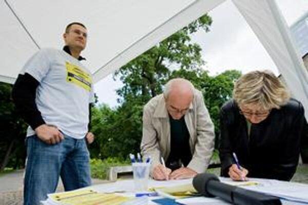 Pred masážnym salónom Messalina Club  aktivisti  zbierali podpisy pod petíciu za jeho zrušenie.