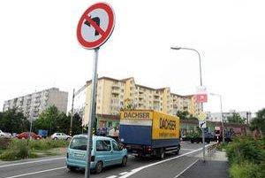 Z Ivanskej na Vrakunskú cestu autá odbočovať už nemôžu. Vodiči sa točia na neďalekom parkovisku. Priechody pre chodcov stále chýbajú.