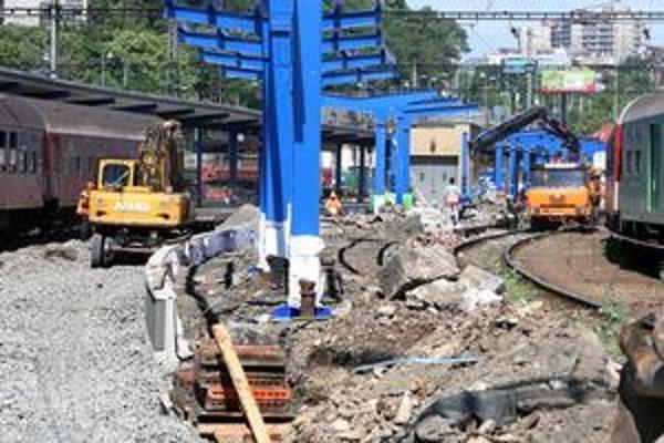 Do 2. septembra bude trvať oprava nástupišťa číslo 4 na Hlavnej stanici. Niektoré vlaky budú mať konečnú na stanici Bratislava-Nové Mesto. Zo 150 vlakov, ktoré dennena stanici vypravia, sa to dotkne asi dvoch-troch percent. Neodkláňajú sa medzinárodné s