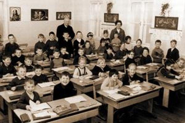 Sväté obrázky vedľa Gottwalda a Stalina.
