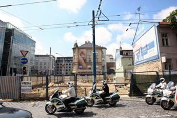 Pozemok na rohu Námestia 1. mája a Námestia slobody  je niekoľko rokov oplotený, ale nestavia sa tam. Plot obmedzuje chodcov.