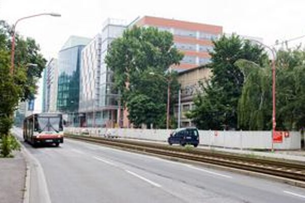 Areál Parku kultúry je od cesty oplotený. Pre práce na River Parku, ktorý stavia v susedstve J&T, tu bude až do konca leta vozovka zúžená na jeden pruh.