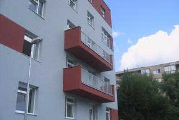 Dom s náhradnými bytmi je na Moravskej ulici 7 v Novom Meste.