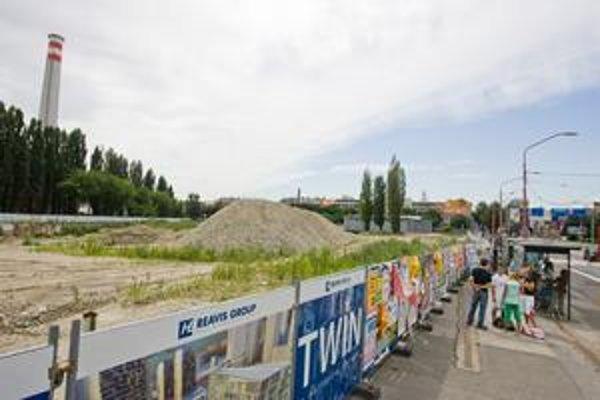 Na staromestskej strane budúcej štvrte Twin City je zatiaľ len kopec sutiny.