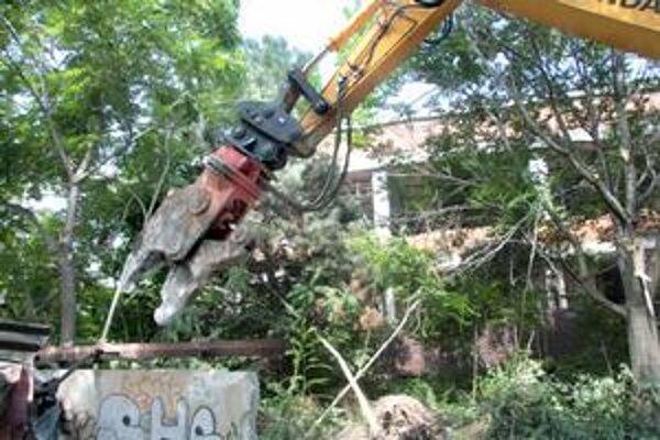 Bývalé kúpele Centrál sa začali búrať pred rokom.