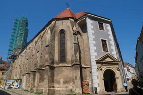 """Gotický kostol v Starom Meste pochádza zo 14. storočia. Oprava jeho veže sa začala v máji tohto roku. Na konci rekonštrukcie majú osádzať zreštaurovanú hornú tzv. """"kytku veže"""". Váži okolo 200 až 300 kilogramov, umiestniť ju budú musieť žeriavom."""