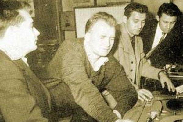 Kolektív pracovníkov rozhlasu pri príprave jednej z relácií Na modrej vlne, vpravo Ernest Weidler. FOTO - RADIOINET.SK