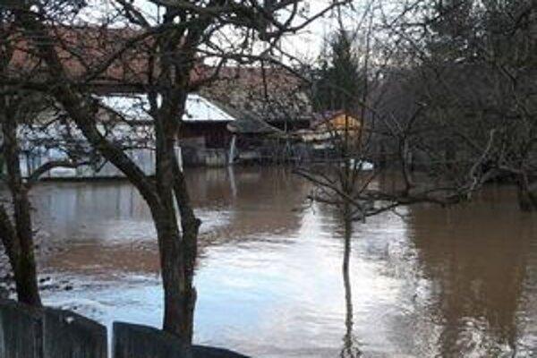 Hron v regióne sa zatiaľ nevylial. Naposledy sa voda do domov a záhrad dostala počas vianočných záplav.