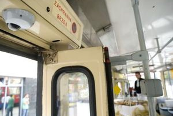 Kamerový systém monitoruje priestor pre cestujúcich, priestor dverí, vrátane plochy mimo vozidla a pred ním.