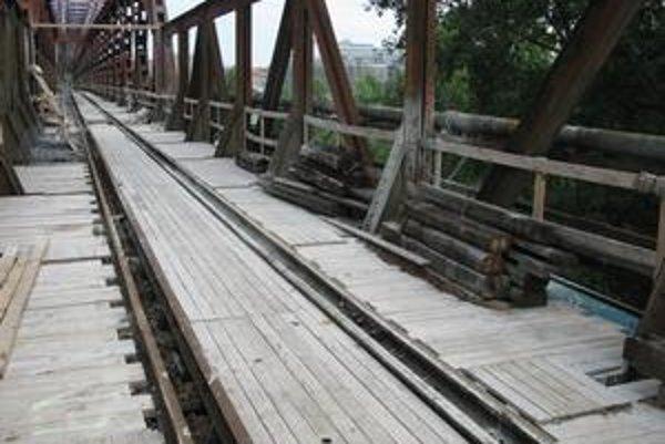 Staré potrubia na moste sa vymieňajú. Niektoré už nefungovali.