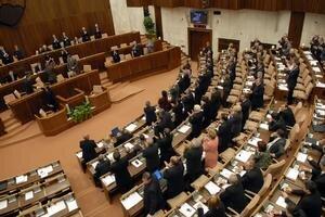 Návštevníci si dnes môžu pozrieť parlament aj jeho hostorickú budovu na Župnom námestí. Deň otvorených dverí prebieha aj na Bratislavskom hrade.