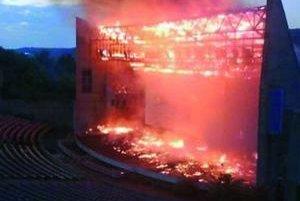 Požiar amfiteátra v bratislavskom Horskom parku. Plamene zasiahli hlavnú budovu objektu s javiskom.