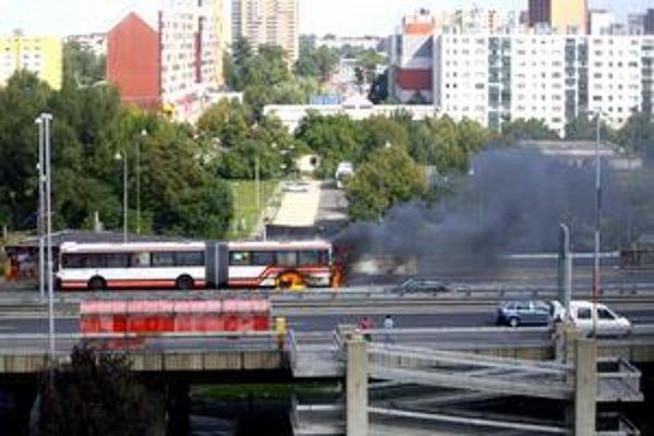 Ikarus, ktorý horel v Petržalke, bol z roku 1998. To bola posledná dodávka kĺbových autobusov v dopravnom podniku.