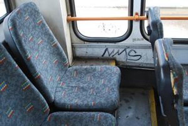 Kamerový systém v MHD má pomôcť odstrašiť vandalov. Vo vyčistených vozidlách ostali po nich desiatky nápisov.