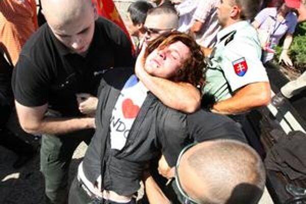 Nepovolený protičínsky protest sa skončil zatýkaním. Vtedy zakazoval starosta Starého Mesta, teraz starosta Rače Ján Zvonár.