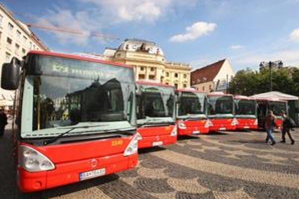 Nové krátke autobusy majú nahradiť dožívajúce vozidlá. Dnes by mali začať jazdiť na linke 50.