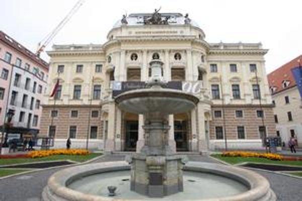 Ganymedova fontána pred historickou budovou Národného divadla je chudobnejšia. Jej plastiky začali totiž čistiť a obnovovať. Späť by sa mali vrátiť asi v apríli budúceho roka.  Fontánu mestu v roku 1888 darovala Prvá bratislavská sporiteľňa.