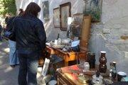 Burzy starožitností a blšáky sú stále populárne. Minulý víkend sa konala na Devíne, tento víkend v starožitníctve na Mýtnej.