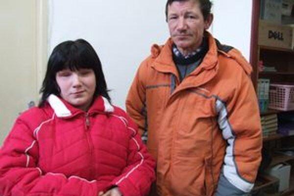 Miška s otcom Miroslavom. Na preväzy a vyšetrenia ju sprevádza takmer denne.
