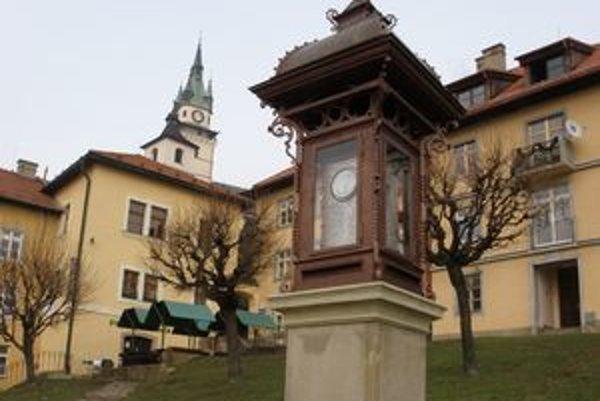 Obnovená meteorologická stanica na Štefánikovom námestí.