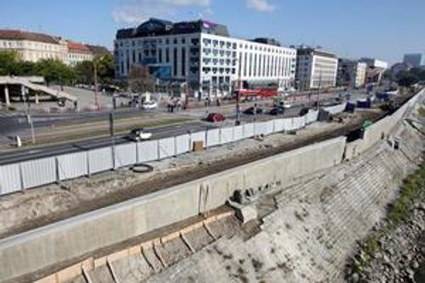Najlepší výhľad na stavbu je z Nového mosta, inak ju nevidno, lebo je za plotom.