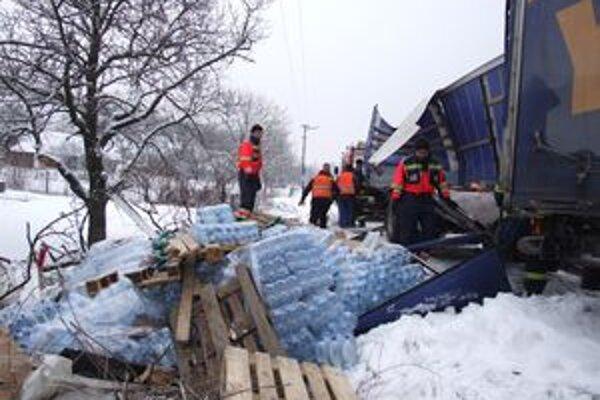 Vedľa kamióna sa povaľovali fľaše s minerálnou vodou, ktorú vodič prevážal.