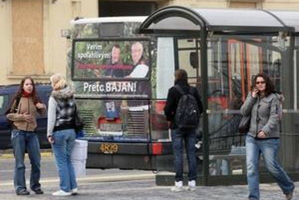 Predvolebná kampaň neobišla ani plochy na vozidlách MHD. Inzeruje tu aj sám predseda predstavenstva dopravného podniku Branislav Zahradník. Vladimír Bajan  sa ľuďom prihovára s udicou v ruke.