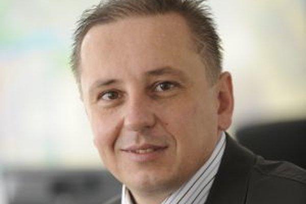 Narodil sa v roku 1969 v Žiline. Vyštudoval Vysokú školu ekonomickú v Bratislave, Fakultu riadenia (terajšia Fakulta hospodárskej informatiky), odbor ekonomická štatistika. Od roku 1997 má maklérsku licenciu, pracoval vo viacerých firmách ako programátor,