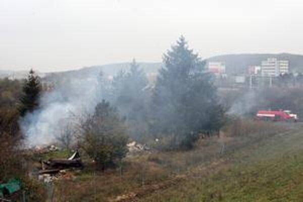 Dym stúpajúci z porastov pri hypermarkete Tesco Lamač včera prekvapil ľudí z okolia aj vodičov na výpadovke. Za asistencie hasičov tu včera vypaľovali bezdomovecké obydlia.