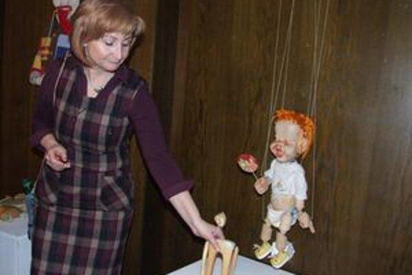 Alena Kršiaková s hračkami, ktoré ju na výstave najviac zaujali.