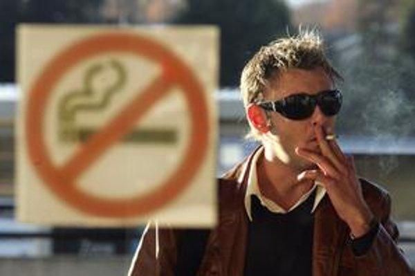 Nefajčí sa len pred krčmami. Zadymené skupinky postávajú aj pred sídlami firiem, ktoré fajčenie vo vnútri zakazujú. Predo dvermi nemajú popolníky, ale pohodené ohorky.