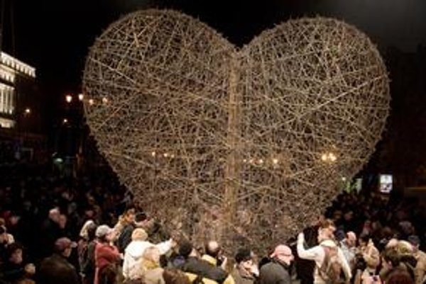 Srdce Európy odhaľovali v centre v utorok, odvčera je už v Devíne. Bude pod bralom, oproti miestu, kde bolo pôvodné srdce z roku 1989.