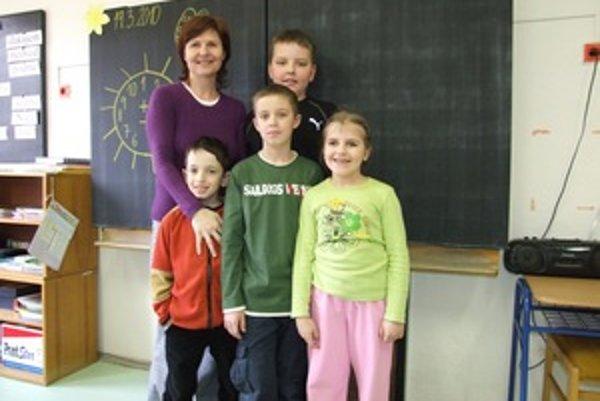 Celá škola pohromade. Erik, Majo, Kristián a Silvika so svojou učiteľkou.