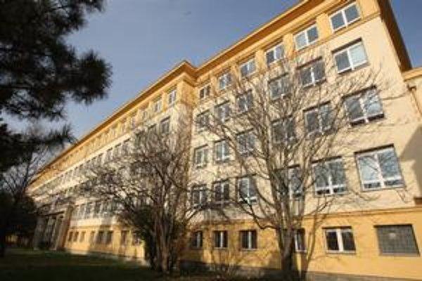 Spojená škola Novohradská vznikla spojením dvoch škôl - ZŠ Košická a Gymnázium Jura Hronca. To vzniklo v roku 1959 a medzi jeho absolventov dnes patria významné i kontroverzné osobnosti.