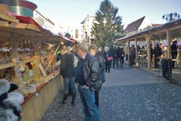 Staré Mesto pred Vianocami zarobí prenájmom stánkov na vianočných trhoch na Hviezdoslavovom námestí. Zisk vraj z toho nemá, peniaze použije na osvetlenie, upratovanie námestia či elektrinu v stánkoch.