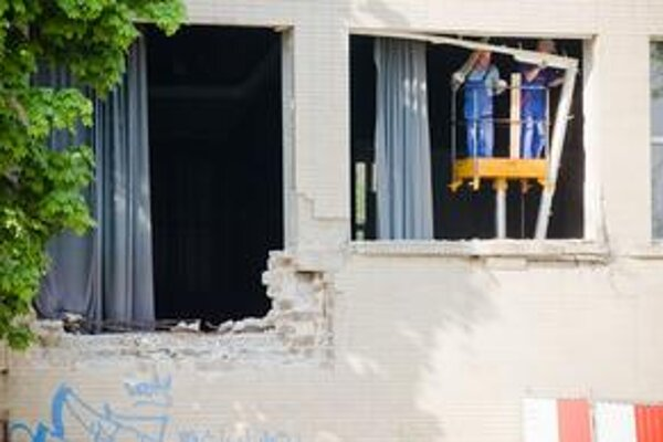 Následky pokusu o búranie PKO odstraňovali robotníci v apríli tohto roka. Teraz môže developer napriek protestom budovy zbúrať so súhlasom mesta.